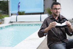 O franqueado da iGUi, que fabrica piscinas, Charlles Coura com óculos de realidade virtual, em sua loja na zona leste de São Paulo - Rafael Hupsel/Folhapress